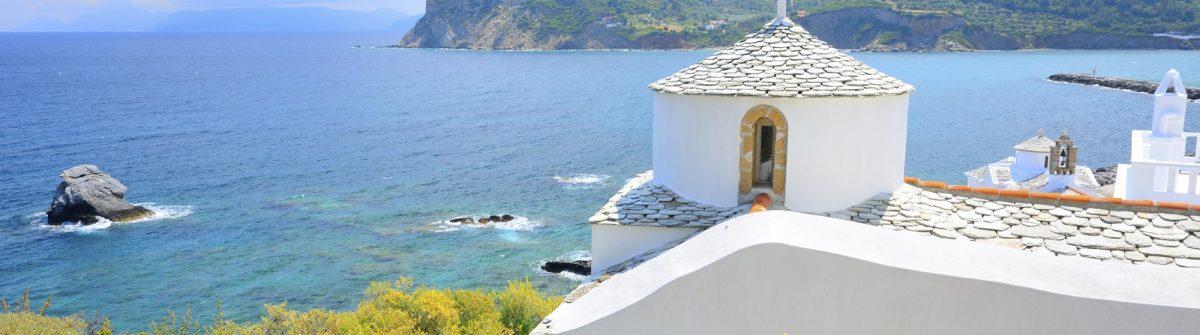 Schöne weiße Kirche über Skopelos, Griechenland iStock_000037858202_Large