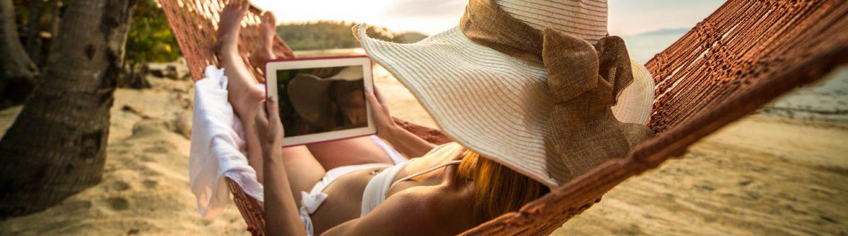 Entspannen auf der Hängematte mit digitalen tablet iStock_000059703506_Large-2