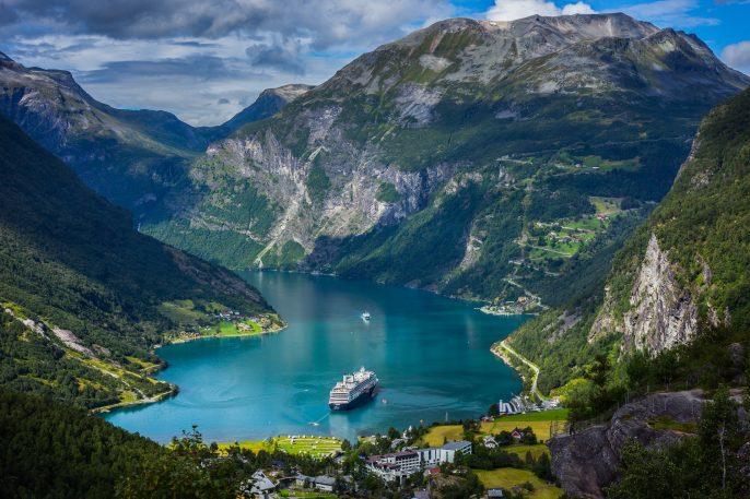 Geiranger Fjord in Norwegen_Kreuzfahrt_Polarkreis_shutterstock_217496140