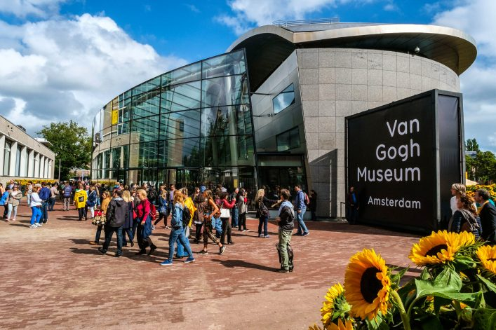 crowd in front of the Van Gogh Museum Amsterdam iStock_000092068165_Large EDITORIAL ONLY Hollandfoto-2