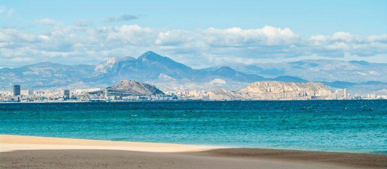 Alicante in Spanien Sie von der Stadt über die Bucht iStock_000010288694_Large-2