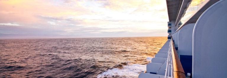 Seitenansicht Kreuzfahrtschiff iStock_000011753808_Large-2