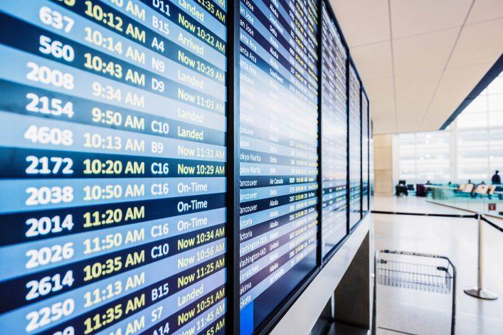 Qué hacer cuando se retrasa o cancela tu vuelo panel informativo