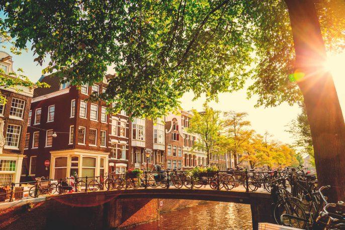 Brücke in Amsterdam, Niederlande iStock_000048762064_Large-2