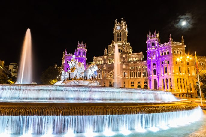 Cibeles fountain at Plaza de Cibeles in Madrid in a beautiful summer night, Spain_shutterstock_393147193 klein