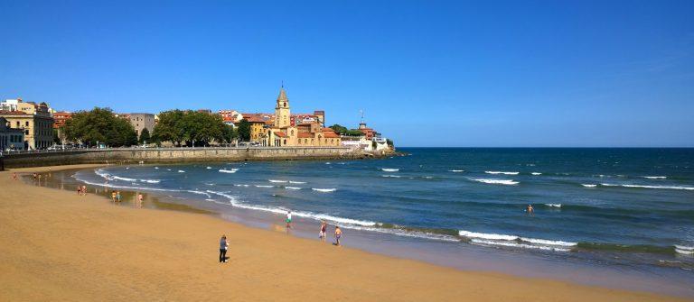 View of San Pedro church at San Lorenzo beach in Gijon, Asturias, Spain_602212649 2000px