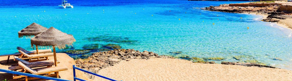 Steps to Cala Comte beach with golden colour sand, Ibiza island, Spain shutterstock_656122534-2_klein