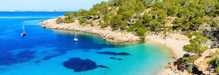 Cala Salada bay famous for its azure crystal clear sea water, Ibiza island, Spain shutterstock_647770648-2_klein