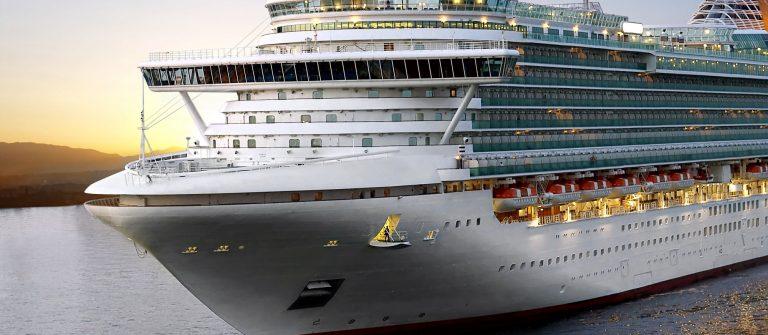 luxury cruise ship_125863697
