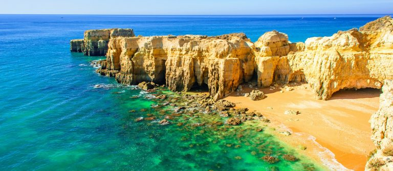 Algarven_Portugal_smaller_608838695