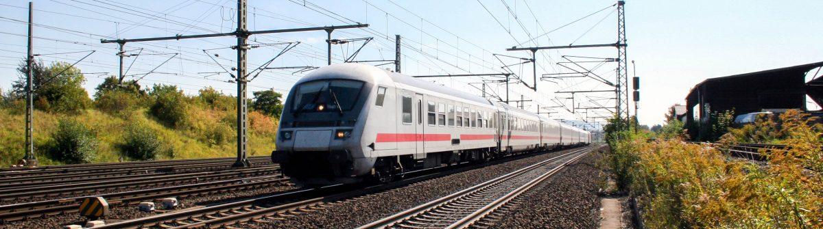 Lokomotive und fahrender Zug – Deutsche Bundesbahn