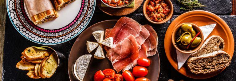 Spanische Abendessen zubereitet und serviert auf dem Tisch iStock-534803737-2