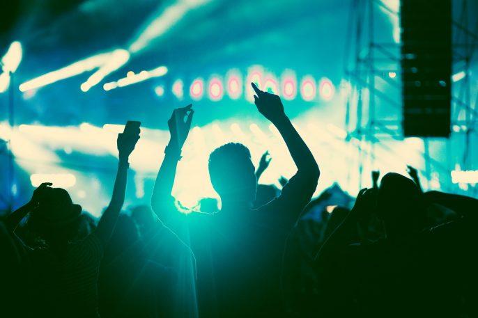 Konzert_Feiern_Festival_crowd at concert_shutterstock_522247552_pix2000