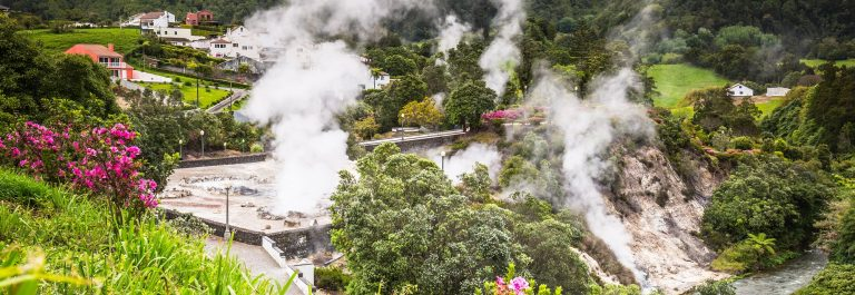 Azoren-Hot-spring-waters-in-Furnas-Sao-Miguel.-Azores.-Portugal-shutterstock_398590402