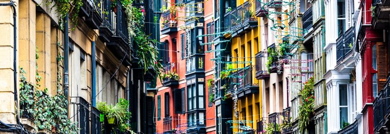 Fassade-–-Detailabbildung-im-Casco-Viejo-Bilbao-iStock_000021640196_Large-2