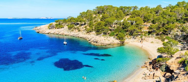 Cala-Salada-bay-famous-for-its-azure-crystal-clear-sea-water-Ibiza-island-Spain-shutterstock_647770648-2_klein