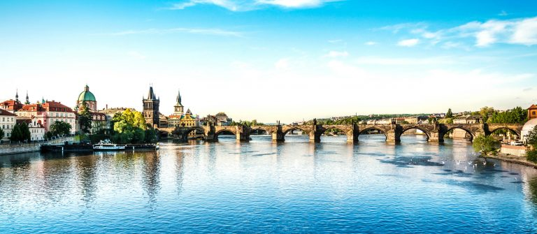 Charles-Bridge-in-Prague-iStock_000024911741_Large-2