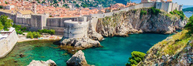 Dubrovnik-in-Kroatien-Panoramablick-auf-die-Stadtmauern-iStock_000023855600_Large-2