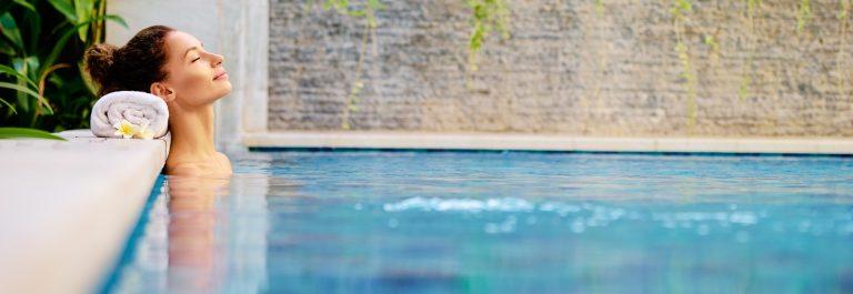 Wellness-Frau-Pool-shutterstock_613561184
