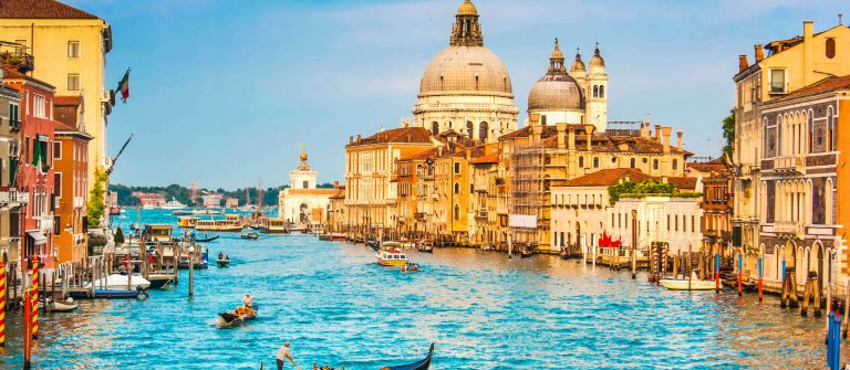 Gondel-Venice-iStock_000062263086_Large-2