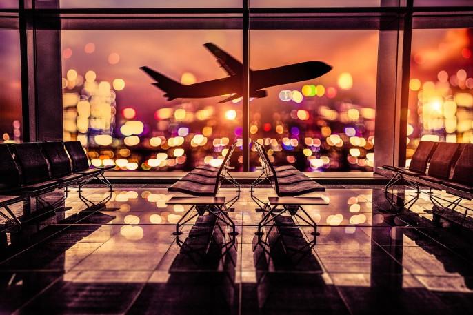 Flughafen-Lounge und Flugzeug fliegen Sie in der Stadt iStock_000081873381_Large-2