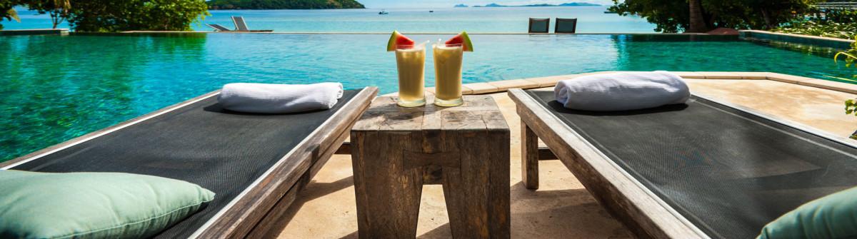 eine-lounge-am-pool-mit-cocktails-auf-den-tisch-istock_20943516_large-2-e1465549479622-1200×335-1