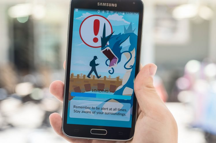 An Android user reads the warning screen for the new Pokemon Go app shutterstock_450869329 EDITORIAL ONLY Randy Miramontez-2